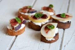 Bruschetta z koźlim serem, bonkretą i figami, Fotografia Stock