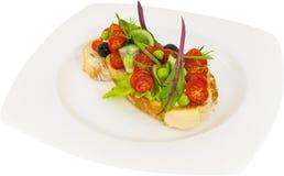 Bruschetta z pomidorowym ogórkiem i oliwkami zdjęcie stock