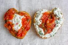 Bruschetta z ricotta serem i pomidorowym kumberlandem na tkaniny tle w postaci serca Zdjęcia Stock