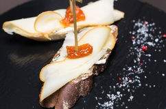 Bruschetta z serem i suszącym pomidorem Zdjęcie Royalty Free