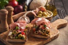 Bruschetta z warzywami i baleronem, włoch stylowa kuchnia obraz stock