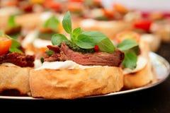 Bruschettas用牛排和pesto调味汁 免版税图库摄影