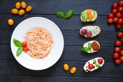 Bruschettas μακαρονιών και ορεκτικών με τις ντομάτες, σολομός, κρέμα στοκ εικόνα με δικαίωμα ελεύθερης χρήσης
