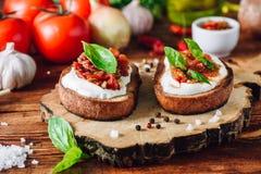 Bruschettas с высушенными томатами и пряным соусом Стоковые Изображения