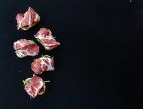 Bruschettas с высушенными томатами, arugula и копченым мясом над a Стоковые Фотографии RF