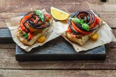 2 bruschettas с испеченными aubergines и перцами на черной деревянной доске, деревенском стиле Стоковое фото RF
