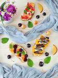 3 bruschettas с плавленым сыром ягод, плодоовощ и Стоковые Фото
