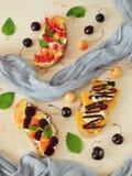 3 bruschettas с плавленым сыром ягод, плодоовощ и Стоковые Изображения