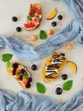 3 bruschettas с плавленым сыром ягод, плодоовощ и Стоковое Фото