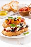 Bruschettas с томатами и моццареллой, вертикальными Стоковое Изображение