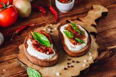 2 Bruschettas с томатами и пряным соусом Стоковые Изображения RF