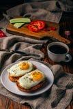 Bruschettas con las verduras y los huevos fritos con la taza de caf? fotografía de archivo