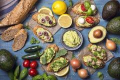 Bruschettas med bröd och guacamole royaltyfri bild