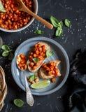 Bruschette avec des haricots en sauce tomate Apéritif ou casse-croûte végétarien délicieux Remboursement in fine Image stock