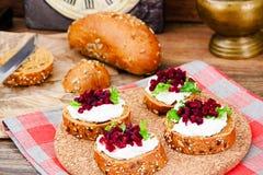 Bruschette avec du fromage de chèvre, l'Arugula et la betterave Photographie stock libre de droits