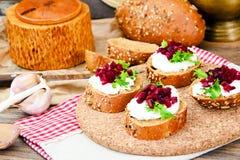 Bruschette avec du fromage de chèvre, l'Arugula et la betterave Images libres de droits