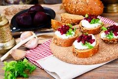 Bruschette avec du fromage de chèvre, l'Arugula et la betterave Image stock