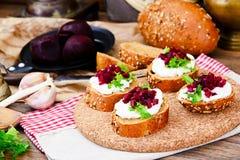 Bruschette avec du fromage de chèvre, l'Arugula et la betterave Image libre de droits