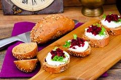 Bruschette avec du fromage de chèvre, l'Arugula et la betterave Images stock