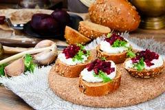 Bruschette avec du fromage de chèvre, l'Arugula et la betterave Photo stock