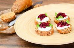 Bruschette avec du fromage de chèvre, l'Arugula et la betterave Photos stock