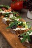 Bruschette avec la tomate fraîche et le fromage fondu Photo libre de droits
