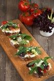 Bruschette avec la tomate fraîche et le fromage fondu Image libre de droits