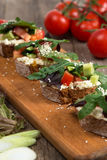 Bruschette avec la tomate fraîche et le fromage fondu Image stock