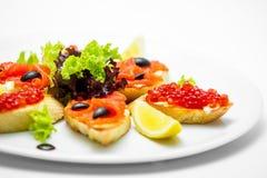 Bruschette avec le caviar et les saumons Image libre de droits