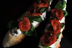 Bruschette avec le fromage blanc, le Basil et les tomates-cerises Photo stock
