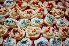 Bruschette avec le fromage fondu, la diffusion d'oeufs de poisson et les tomates séchées au soleil image stock
