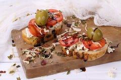 Bruschette avec les tomates et le fromage de chèvre et les olives Photos libres de droits