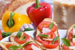 Bruschette con el tomate, la albahaca y el queso imagen de archivo