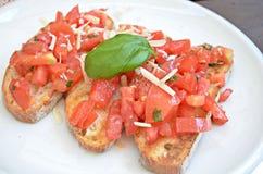 Bruschette con il pomodoro, il formaggio ed il basilico Fotografia Stock Libera da Diritti