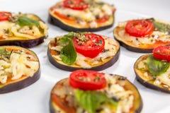 Bruschette d'aubergine avec du fromage, l'origan et le basilic Photo libre de droits