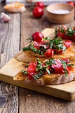 Bruschette de tomate et de basilic avec du pain à l'ail grillé Photographie stock libre de droits