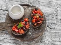 Bruschette de tomates et d'olives sur le fond en bois Photos stock