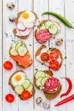Bruschette faite maison Mini sandwichs Tapas espagnols traditionnels photographie stock libre de droits