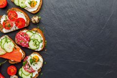 Bruschette faite maison Mini sandwichs Tapas espagnols traditionnels photo stock