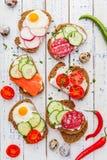 Bruschette faite maison Mini sandwichs Tapas espagnols traditionnels photographie stock