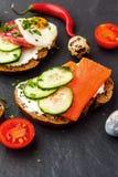Bruschette faite maison Mini sandwichs Tapas espagnols traditionnels photos stock