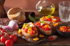 Bruschette italienne avec l'huile d'olive d'ail de tomates Image stock