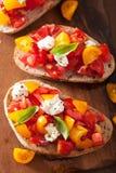 Bruschette italienne avec l'huile d'olive d'ail de tomates Photographie stock libre de droits