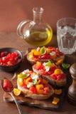 Bruschette italienne avec l'huile d'olive d'ail de tomates Photos stock
