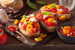 Bruschette italienne avec l'huile d'olive d'ail de tomates Photo stock