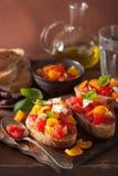 Bruschette italienne avec l'huile d'olive d'ail de tomates Image libre de droits