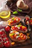 Bruschette italienne avec l'huile d'olive d'ail de tomates Images libres de droits