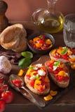 Bruschette italienne avec l'huile d'olive d'ail de tomates Photographie stock