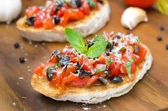 Bruschette italienne avec la tomate, les olives, le basilic et le fromage Images stock