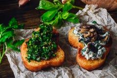 Bruschette italienne de casse-croûte avec des champignons et des verts images libres de droits
